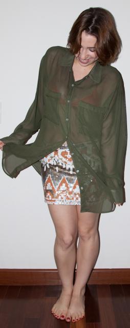 como usar top por baixo da blusa transparente de chiffon com saia de paetê
