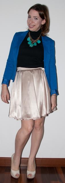 como usar saia rodada de cintura alta com blazer azul klein e peep-toe arezzo. look do dia
