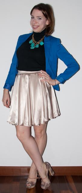 como usar peep-toe santa lolla, saia rodada de cintura alta, blazer azul klein, maxi colar. look do dia blog de moda