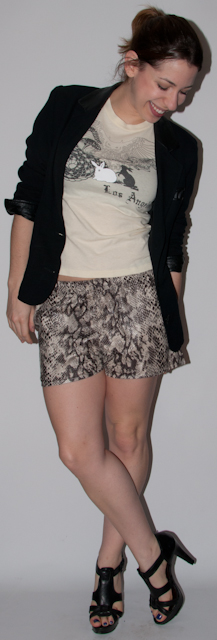 look do dia: como usar estampa de cobra com camiseta, blaze e salto alto schutz. blog de moda