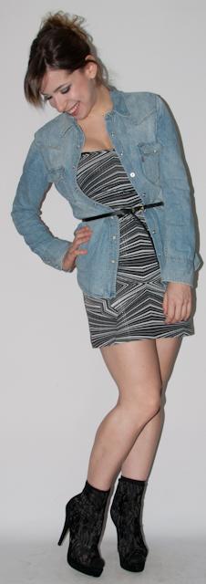 Blog de moda: como usar vestido tomara-que-caia com camisa jeans, colete de couro e bota de renda. Clutch louis Vuitton. Look do dia