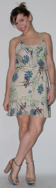 Look trabalho: como usar vestido florido com top de renda, blazer, cinto fino, sandália Schutz  e bolsa Furla. Blog de moda