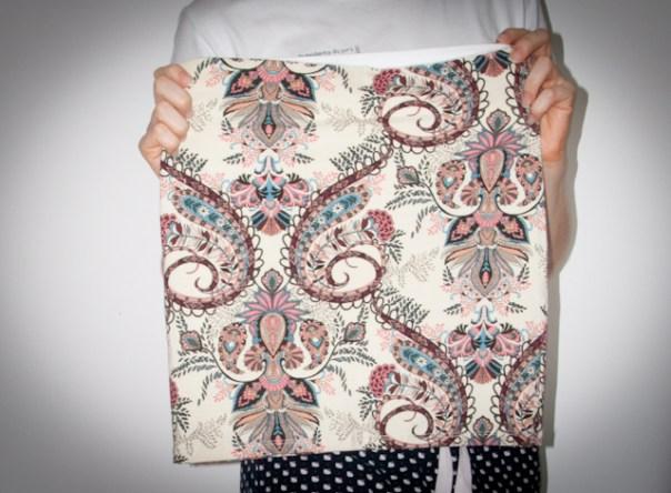 Paisley: look do dia com saia de estampa paisley, jaqueta de couro, bolsa Speedy Louis Vuitton e salto anabela Santa Lolla. Blog de moda