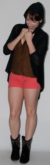 Look do dia: como usar short cintura alta com blusa de estampa de oncinha, colete de couro, bota de cano baixo e bolsa Fendi. Blog de moda