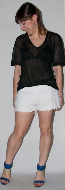 como usar short de renda - look do dia com short de renda, camiseta podrinha e sandália Schutz - blog de moda