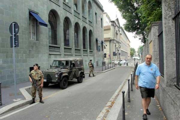 soldati per strada