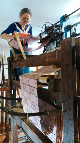 Eva Basile rüstet die Jacquard-Karten für einen Webstuhl - Eva Basile preparing the punching card on one of the looms