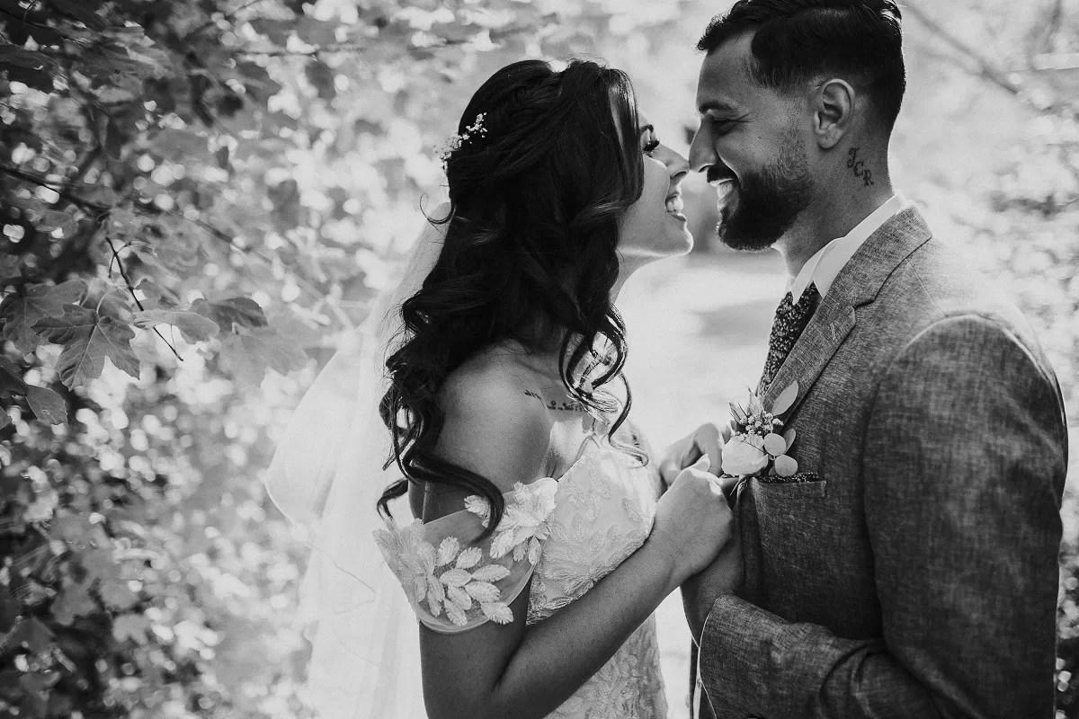 cheveux long détachés bouclés de la mariée en photo de couple dans la nature en noir et blanc à Cherbourg en Normandie