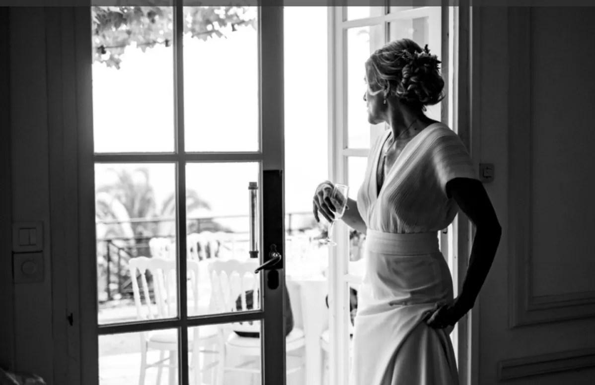 mariée qui regarde par la fenêtre noir et blanc à cherbourg en normandie