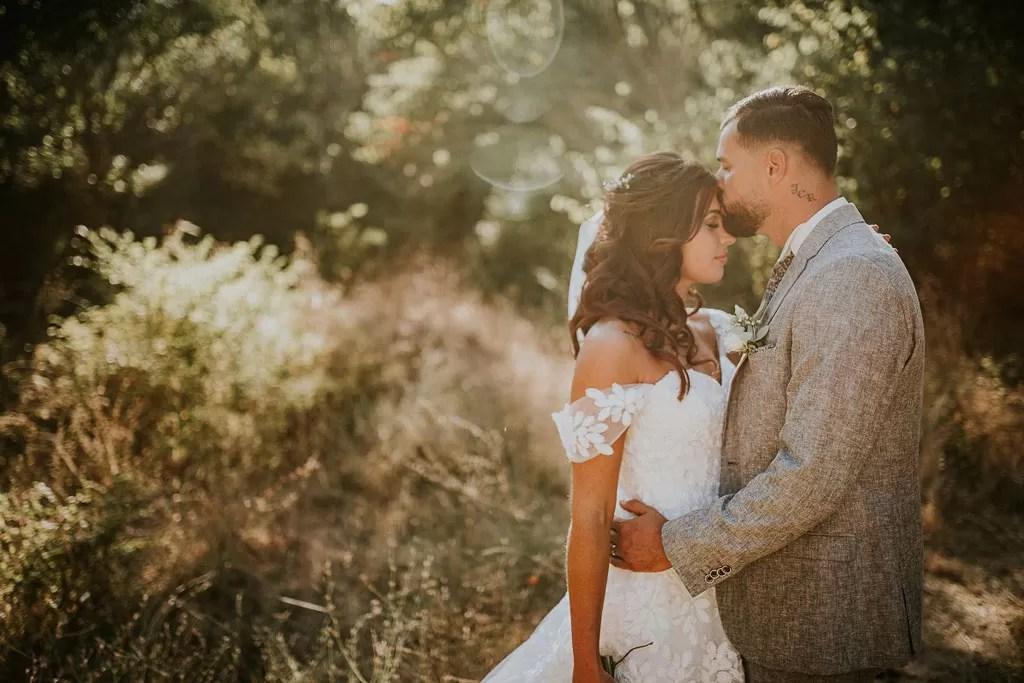 cheveux long détachés bouclés de la mariée en photo de couple dans la nature