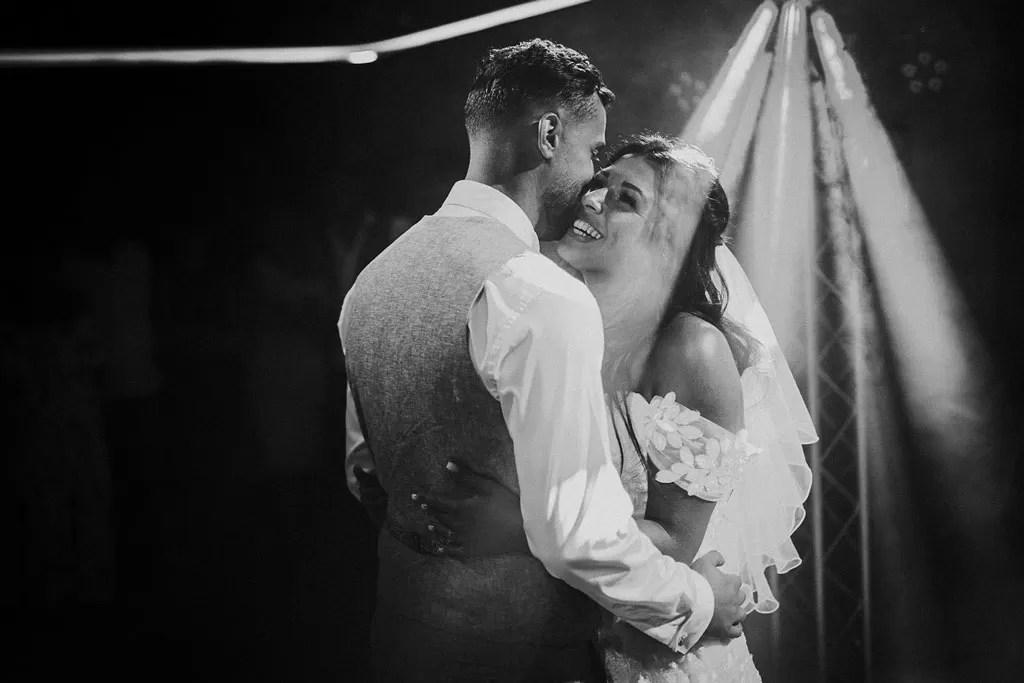 photo entrée de bal des mariés noir et blanc à Cherbourg en Normandie