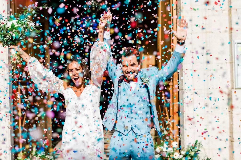 sortie d'église mariés festif confettis multicolores cherbourg manche normandie