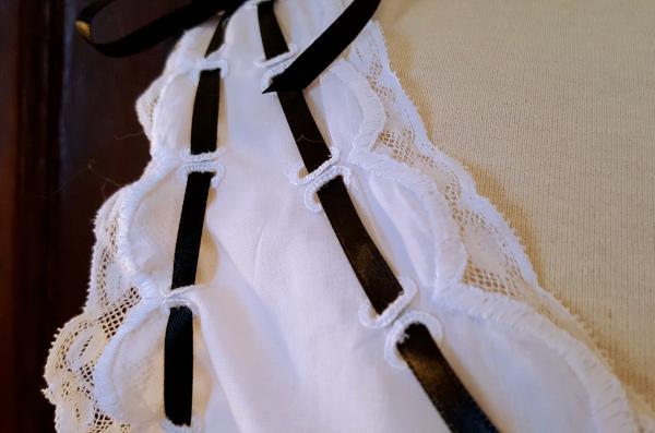 détail de la bretelle brodée de la chemise 1880