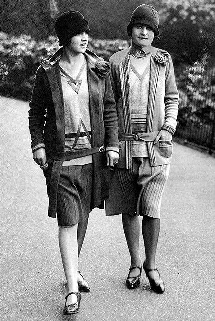 Deux mannequins en tenues Chanel des années 1920