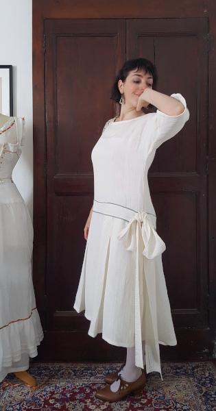 côté de la robe d'été 1924 avec noeud à la taille