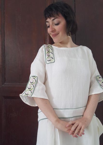 portrait dans ma robe d'été 1924 aux galons brodés