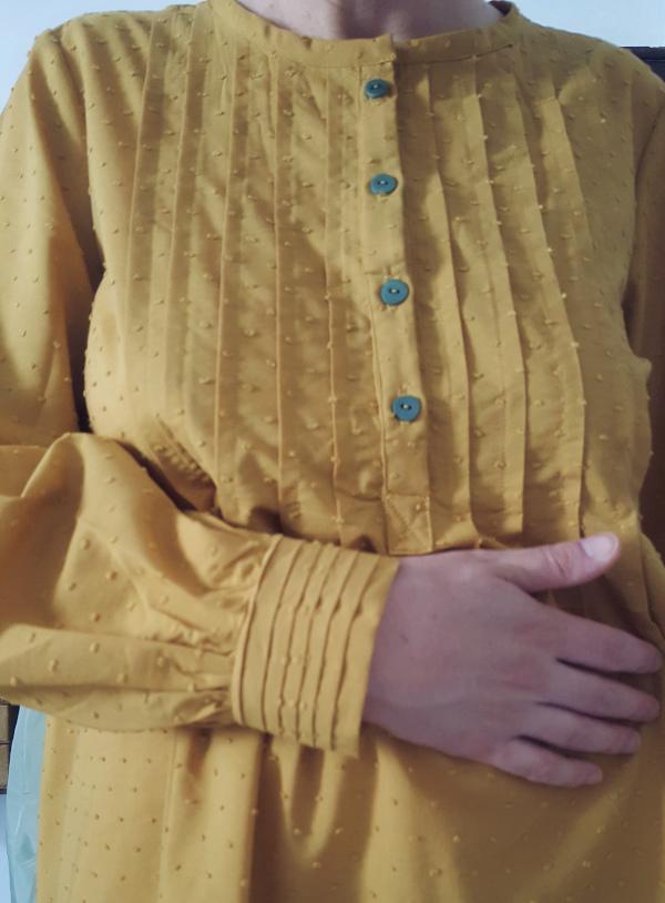 détail des plis du poignet et du plastron