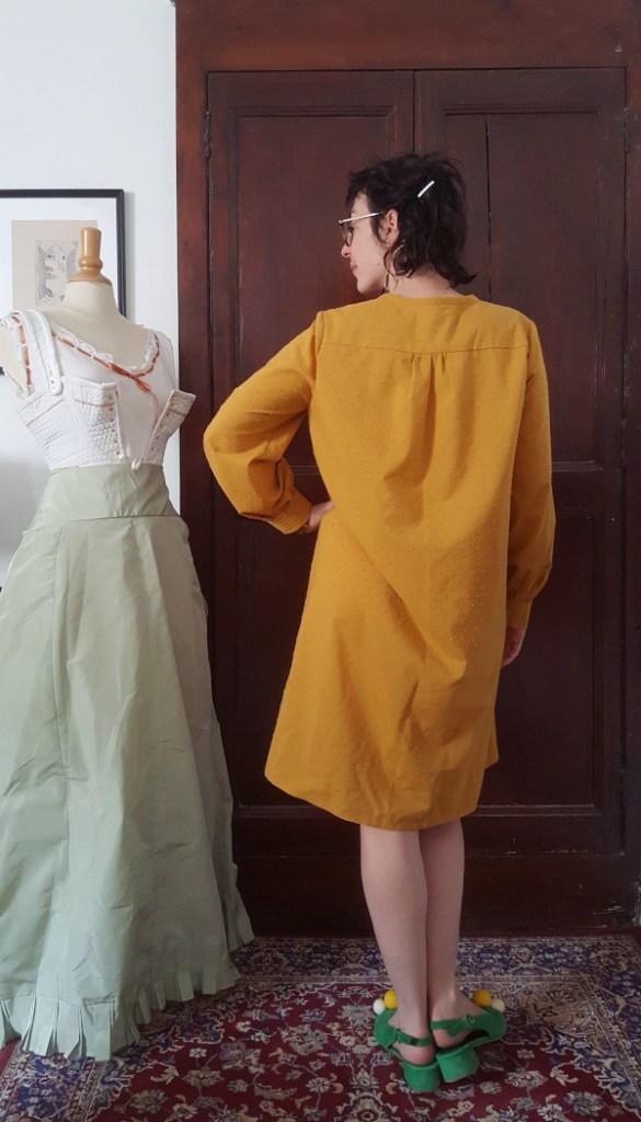 dos de la robe Atlas en coton plumetis jaune moutarde