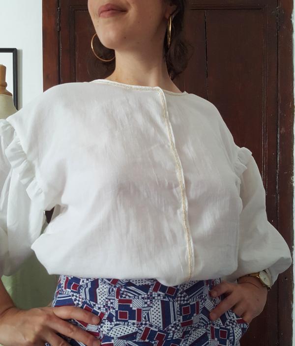 détail du galon à l'avant de la blouse