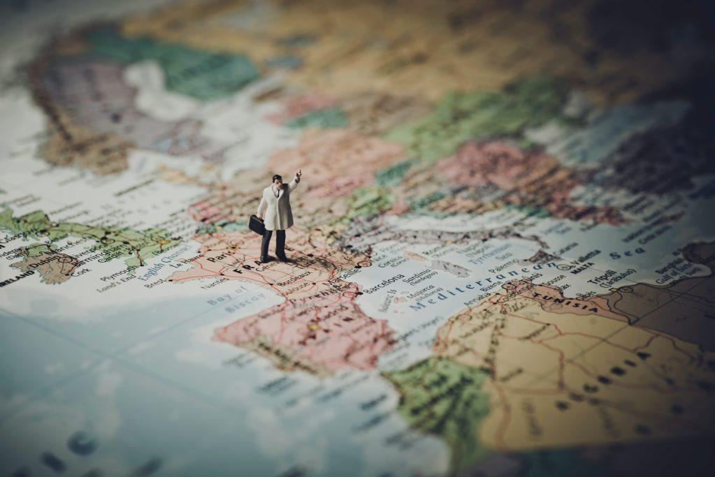 Carte de l'Europe avec une figurine sur la France