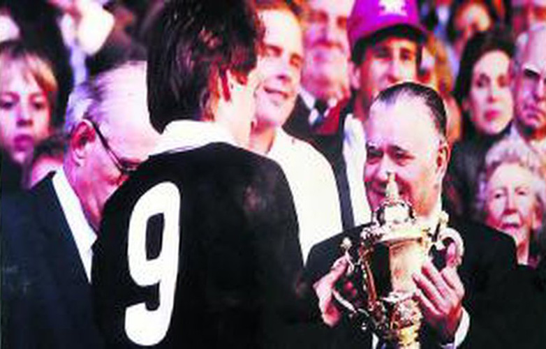 Fondation Ferrasse : Albert Ferrasse remet la première coupe du monde à David Kirk, le capitaine des All Blacks en 1987 aprés leur victoire face au XV de France