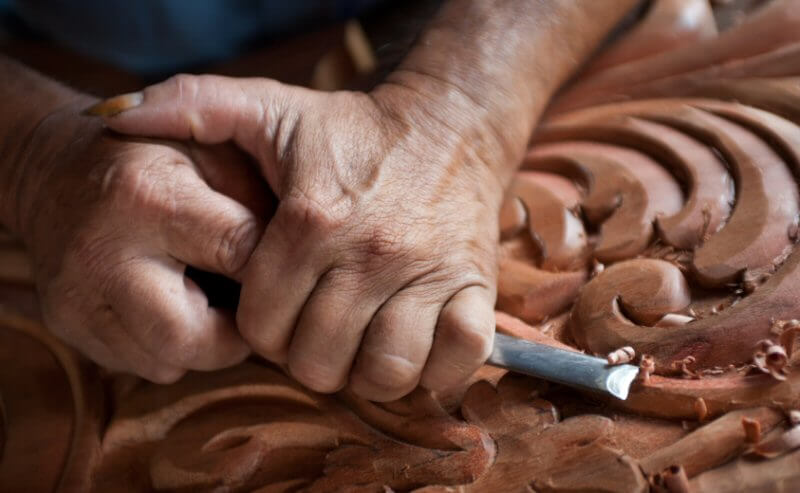 artesano tallando madera