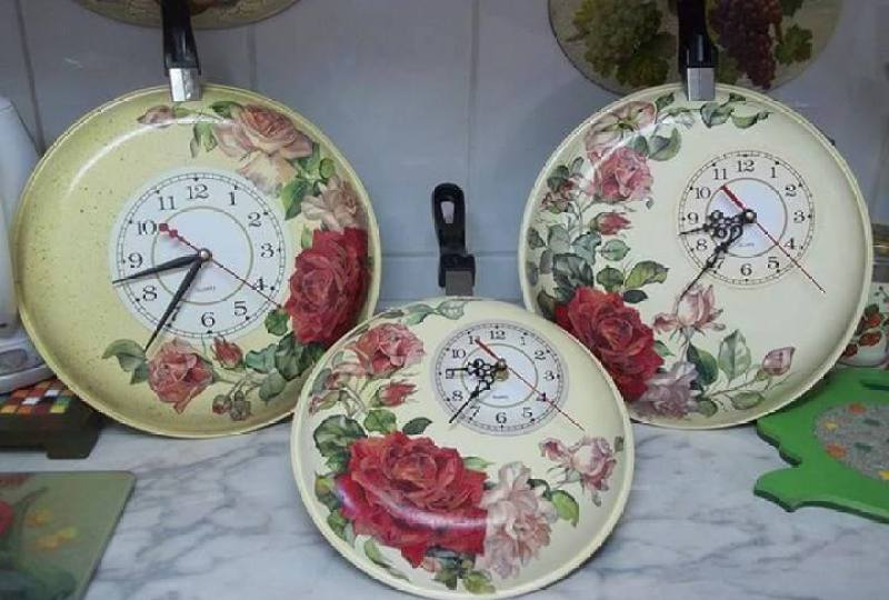 sarten transformada en reloj , decoradad con decoupage