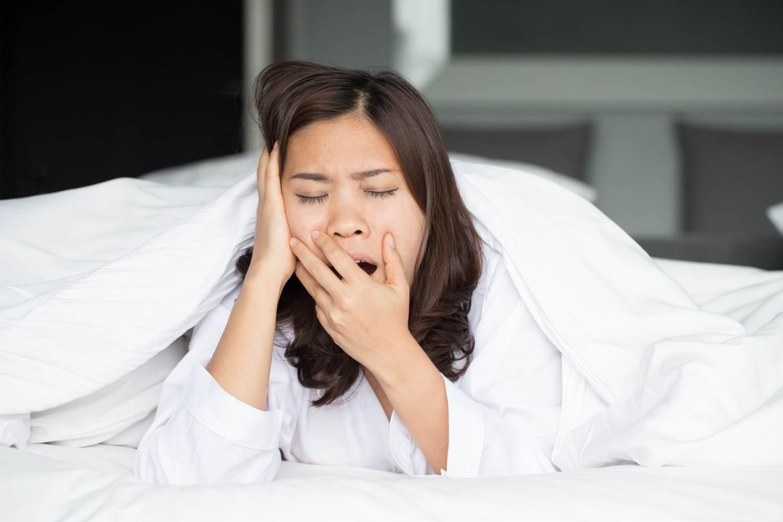 Картинка сонная женщина