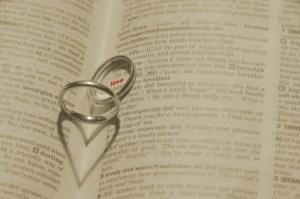 指輪のプレゼントは意味がある!小指・中指・薬指など位置で違う【人気】