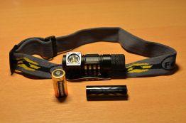 Fenix HL 50 mit angeschraubtem Fach für AA Batterien
