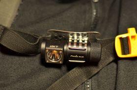 Fenix HL 50 am Brustgurt eines Rucksacks