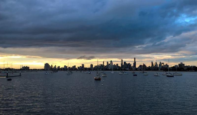 Vivere a Melbourne: il mare con barche e skyline sullo sfondo