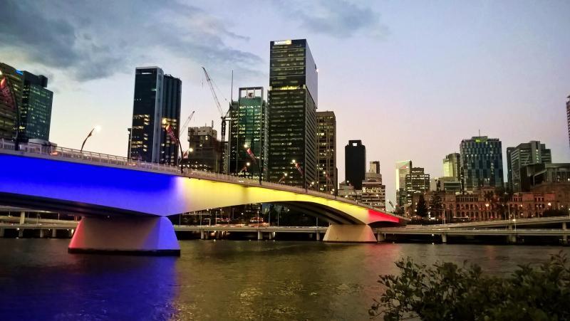 brisbane fiume e grattacieli con ponte illuminato per la francia