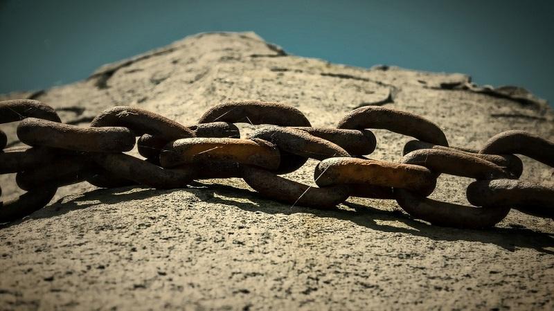 Catene arrugginite sulla pietra