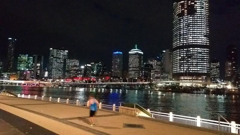 Brisbane gente che corre sul lungofiume di notte