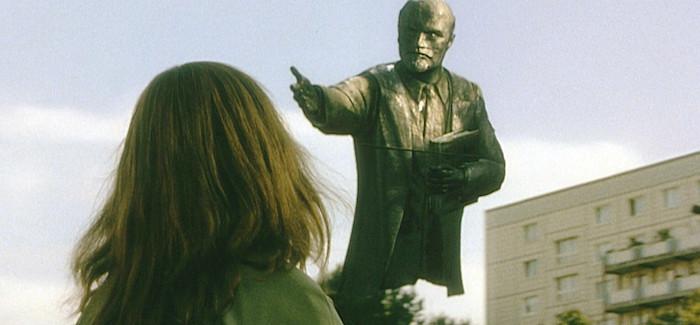 """Scena da """"Goodbye, Lenin!"""": statua di Lenin che interpella la protagonista"""