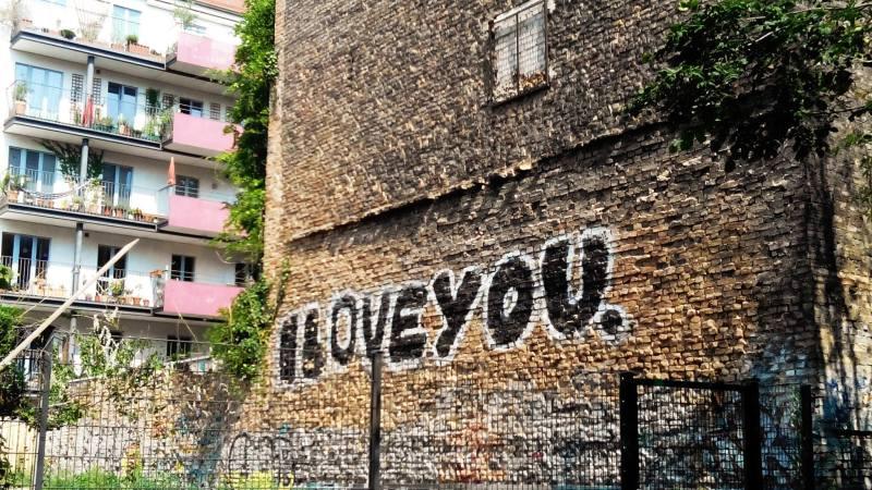 """Scritta """"I love you"""" su un palazzo di Berlino"""