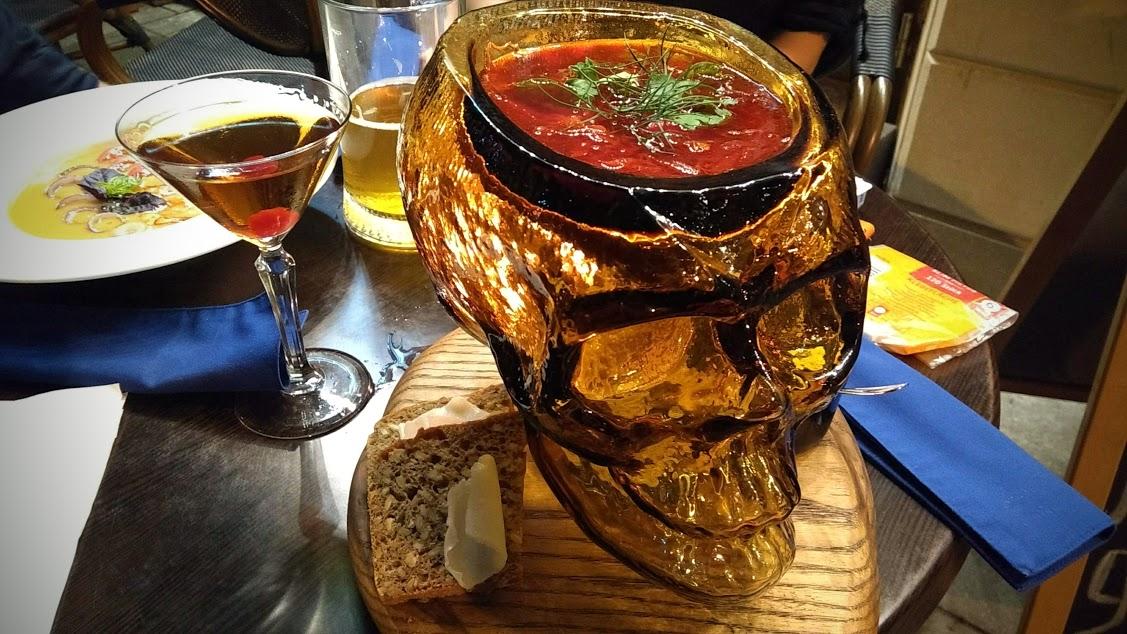 cibo ucraino9 - zuppa servita in un teschio