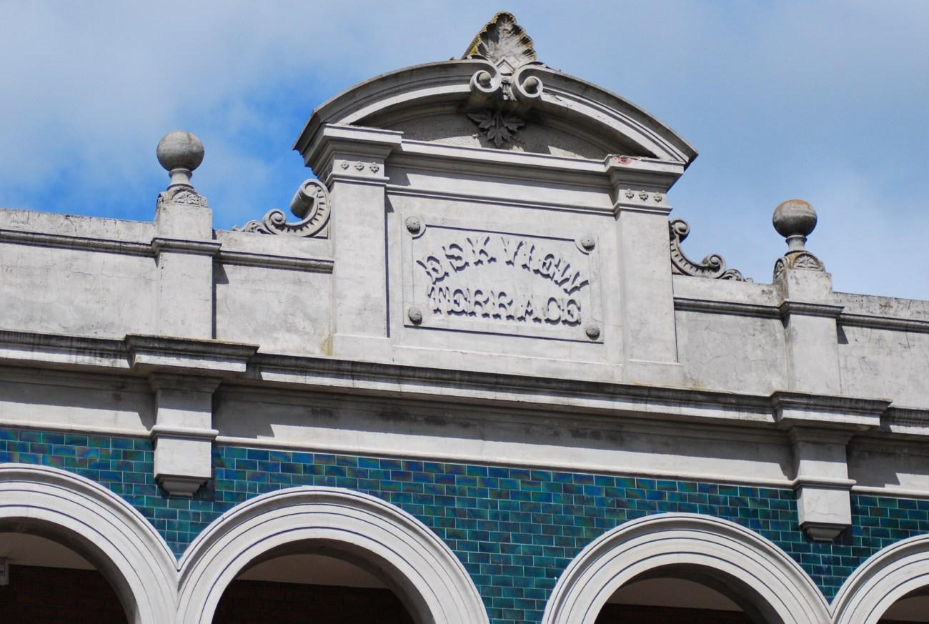 dettaglio edificio ad arcate