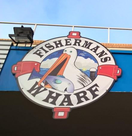 insegna ristorante-fisherman's-wharf-con-pellicano-che-mangia-pesce