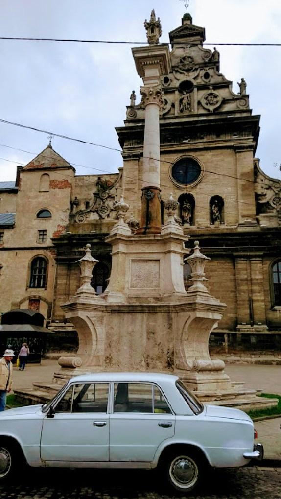 leopoli chiesa e auto