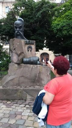 Leopoli Ucraina cosa vedere in 2 giorni: signora che fa la foto a una statua