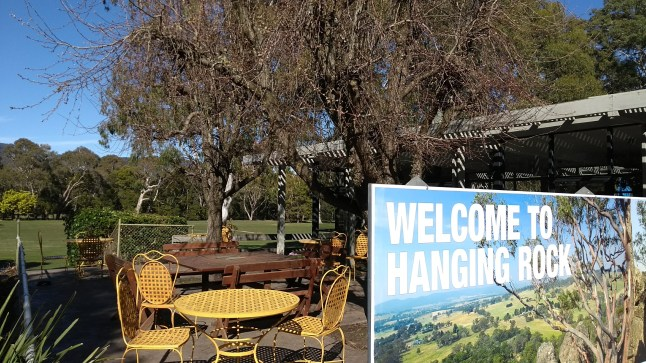 cartello welcome to hanging rock