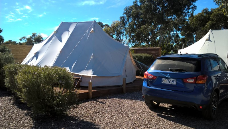 tenda glamping con automobile