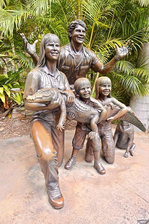 Statua della famiglia Irwin con un coccodrillo in braccio