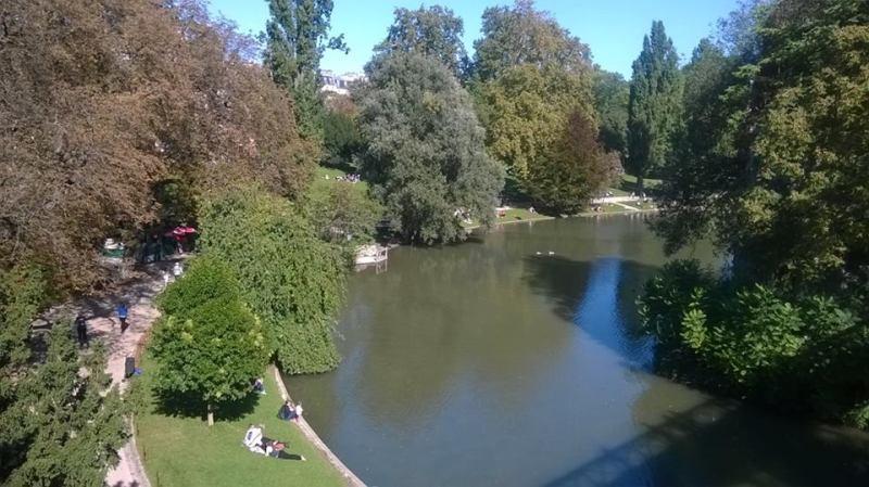 Buttes-Chaumont, Parigi: vista dal ponte sul laghetto
