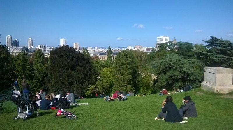 Buttes-Chaumont, Parigi: vista sulla città, dal prato
