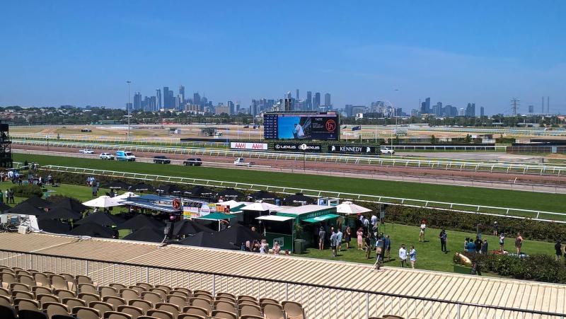 Flemington Racecourse, circuito ippico di Melbourne, con skyline