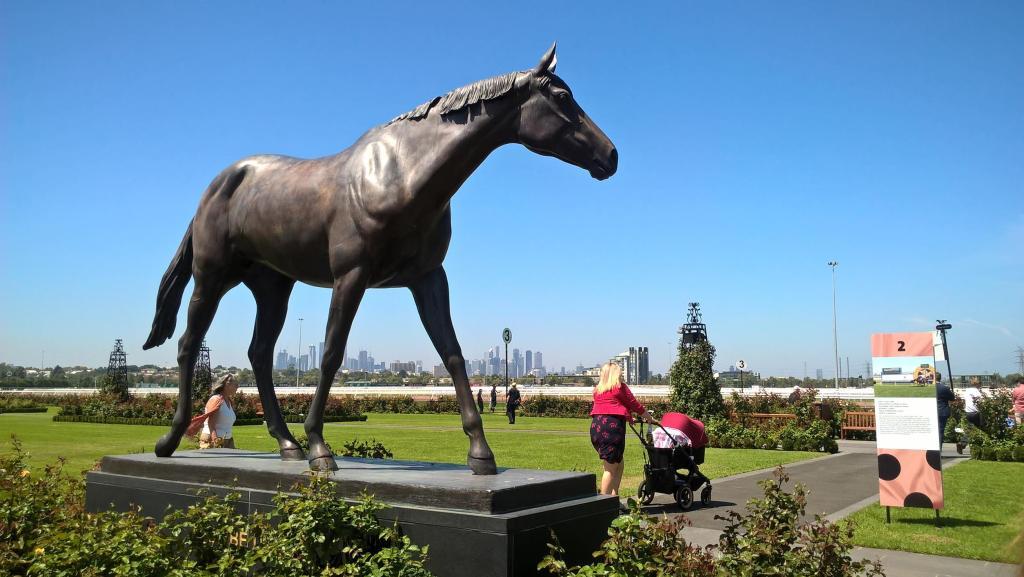 phar lap statua cavallo con grattacieli sullo sfondo