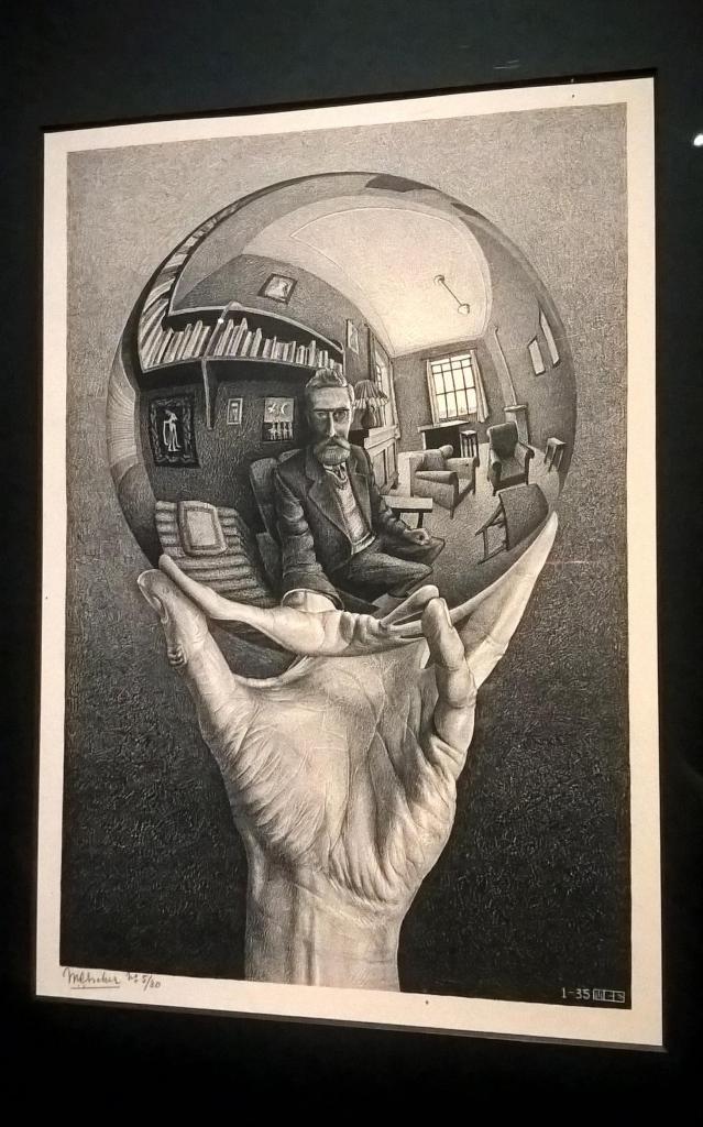 escher autoritratto dentro a una sfera dentro la mano